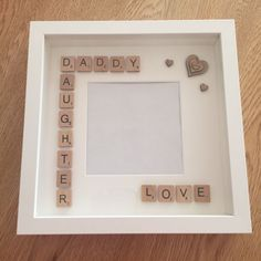Geschenk Vatertag: Handmade Daddy/Daughter Fathers Day Gift Scrabble Art Frame – - Diy gift For Kids Ideen Scrabble Kunst, Scrabble Tile Crafts, Scrabble Frame, Scrabble Art, Diy Father's Day Gifts, Father's Day Diy, Craft Gifts, Diy Father's Day Box, Diy Christmas Gifts For Dad