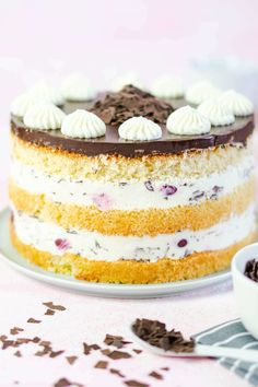 Stracciatella-Kuchen Source by Related posts: Stracciatella-Torte mit Erdbeeren – so geht's Nutella-Torte mit Quark und Kirschen 😍 😍 😍 Erdbeer-Stracciatella-Torte mit Schoko-Erdbeeren Erdbeer-Stracciatella-Torte mit Schoko-Erdbeeren Pound Cake Recipes, Easy Cake Recipes, Frosting Recipes, Cookies And Cream Frosting, Lemon Buttercream Frosting, Vegan Lemon Cake, Homemade Chocolate Frosting, Lemon Layer Cakes, Lemon Desserts