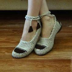 Halem Çeyis Ve Elisí Diy Crochet Shoes, Diy Crochet Slippers, Crochet Sandals, Crochet Boots, Crochet Crafts, Knit Crochet, Make Your Own Shoes, How To Make Shoes, Yarn Ball
