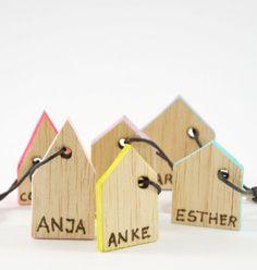 Kleine Häuschen, die sich perfekt als Geschenkanhänger für Weihnachten eignen