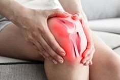 Osteoarthritis triggers inflammation and pain in the knee. In this article, discover why osteoarthritis causes knee pain! Hip Pain, Foot Pain, Back Pain, Knee Arthritis, Arthritis Pain Relief, Rheumatoid Arthritis, Arthritis Treatment, Vicks Vaporub, Tendinitis