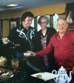Johnny Cash, His Mom and Dad having their Chili Young Johnny Cash, Johnny Cash June Carter, Johnny And June, Country Music Stars, Country Music Singers, Johnny Songs, John Cash, Johnny Cash Museum, Musica Country