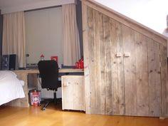 Maatwerk kast steigerhout onder schuine wand. Vervaardigd door www.steigerhoutenzo.com