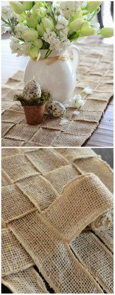 Chemin de table avec des rubans de toile de jute tissée. 15 Façons stylées d'utiliser la toile de jute dans votre décoration