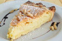 Torta della Nonna, azaz nagymama tortája. Azkrémmel töltött pite Észak-Olaszországban nagyon népszerű. Autentikus recept Erikától. Hozzávalók a tésztához 250 gfinomliszt 125 g cukor 125 g teavaj 1 tojás + 1 sárgája 1 sütőpor csipet só 1 citrom reszelt héja (lime-ot is használhatunk, sokkal intenzívebb az illata, az íze) A tejszínes krémhez (crema pasticcera) 2 tojás + 1 sárgája 100 g cukor 50 gfinomliszt 30 g teavaj 250 g tejszín (30 %-os) 500 g tej (3,5 %-os) Szóráshoz… Sweet Cookies, Cake Cookies, Cupcake Cakes, Hungarian Recipes, Italian Recipes, Cookie Desserts, Fun Desserts, Cake Recipes, Dessert Recipes