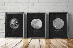 Vous avez une fascination pour la lune, qui ne fonctionne pas?  Cette affiche imprimable de lune avec les mots Français «La Lune», écrit dessous capte cette ambiance mystérieuse. Ce qui est sur le côté obscur?  Vous pourriez accrocher ce grand art minimaliste dans votre chambre dortoir tandis que vous étudiez l'astronomie.  Vous pouvez encadrer dans votre salon et accueillir le sujet de conversation lors de soirées.  Quête d'all star gazers, demandeurs de cosmos, esprits curieux…