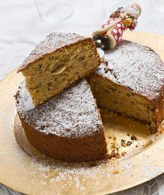 Περιέχει αμύγδαλα, φουντούκια και ξερά φρούτα και αρωματίζεται με αμαρέτο. Ένα σπέσιαλ κέικ για την πιο σπέσιαλ ημέρα της χρονιάς!