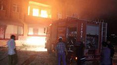 Şanlıurfa'nın Uğurlu Mahallesi'nde hasımlarının evlerini yakan kişiler olay yerine gelen itfaiyeye de ateş açtı.