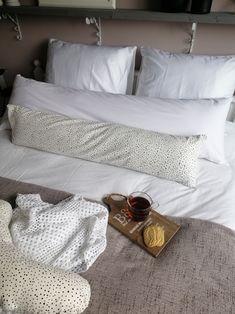 Heerlijk zo'n opgemaakt bed met allemaal kussens van SONkussen Furniture, Home Decor, Homemade Home Decor, Home Furnishings, Interior Design, Home Interiors, Decoration Home, Home Decoration, Tropical Furniture