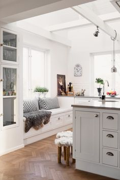 Kitchen & sitting area idea: tall storage by door, sitting bench with storage, peninsula. Kitchen Benches, Kitchen Nook, Kitchen Decor, Kitchen Styling, Interior Exterior, Kitchen Interior, Interior Design, My New Room, Home Kitchens