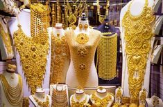 The Gold Souk is among the tourist attractions of Dubai and the Marketplace has on an average 10 tons of gold for trade Daily. Top 10 Amazing Dubai Attractions - Explore Things to Do in Dubai Dubai Gold Jewelry, Black Gold Jewelry, India Jewelry, Diamond Jewellery, Bridal Jewellery, Silver Rate Today, Gold Souk Dubai, Dubai Attractions, India Pakistan News