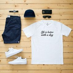 Camiseta Life is Better with a Dog. Disponível em vários modelos e cores no nosso site.
