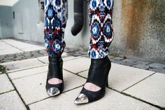 Patterned pants. Wicked shiny tipped shoes. WANT.
