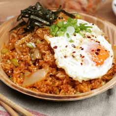 Kimchi Fried Rice How to create epic kimchi fried rice at home!<br> How to create epic kimchi fried rice at home! Healthy Korean Recipes, Asian Recipes, Vegetarian Recipes, Cooking Recipes, Vegetarian Korean Food, Healthy Japanese Recipes, Rice Cake Recipes, Healthy Food, Healthy Heart