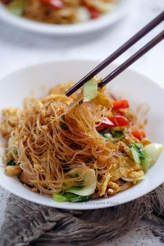 A healthy and quick vegetarian mei fun Vegetarian Chinese Recipes, Indo Chinese Recipes, Easy Vegetarian Dinner, Vegetable Recipes, Mexican Food Recipes, Whole Food Recipes, Cooking Recipes, Chinese Desserts, Vegetarian