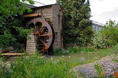 """A Leeds City Council desenvolveu um jardim que enfatiza a importância da água para o desenvolvimento industrial da região inglesa de Leeds. A ambietação ganhou a medalha de ouro na categoria """"Show Gardens"""" da edição 2011 do Chelsea Flower Show, na Inglaterra"""