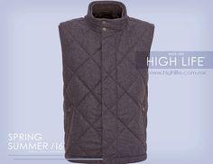 Al portar un chaleco con detalles como bolsillos, costuras o un color llamativo, lo mejor es mantener la simplicidad. #HugoBoss