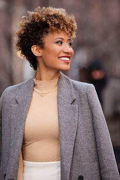 Image result for elaine welteroth hair Natural Hair Highlights, Colored Highlights, Curly Hair Cuts, Curly Hair Styles, Natural Hair Styles, Elaine Welteroth, Black Girls Hairstyles, Hair Color, Photoshoot