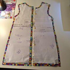 A-lijn kleed tutorial (via Bloglovin.com ) Kids Clothes Patterns, Baby Girl Dress Patterns, Dress Sewing Patterns, Sewing Patterns Free, Clothing Patterns, Diy Sewing Projects, Sewing Tutorials, Lace Dress Styles, Hand Embroidery Art