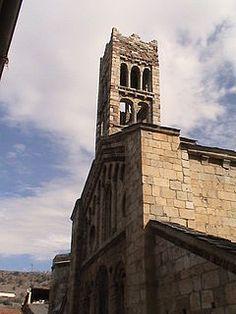 Catedral de Santa María de Urgel. En  Seo de Urgel. Es la única catedral íntegramente románica de Cataluña,considerada un ejemplar único dentro del arte románico en Cataluña por sus características italianizantes, altamente visibles en la ornamentación de la fachada y la galería abierta de la cabecera del templo. El templo actual data del siglo XII y está presidido por Virgen de Urgel