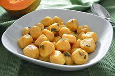 La ricetta degli gnocchi di zucca è sfiziosa e originale. Gli gnocchi di zucca sono un primo piatto molto delicato e rappresentano un'alternativa carina ai classici gnocchi di patate.
