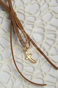Elegant witness pins in brown cord wtih stylish cross in gold