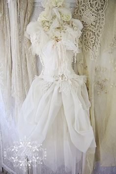 Beautiful dress form in tulle, roses, lace and ribbons Vintage Shabby Chic, Shabby Chic Style, Vintage Beauty, Vintage Lace, Vintage Dresses, Vintage Outfits, Vintage Clothing, Corsets, Photo Deco