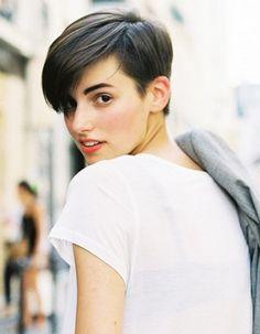 Pixie, chic ou garçonne, les femmes sont de plus en plus nombreuses à tout couper. Sur cheveux blonds, bruns ou soumis à la tendance rainbow, voici les 50 plus jolies coupes courtes repérées sur Pinterest. http://www.elle.fr/Beaute/Cheveux/Coiffure/Cheveux-50-coupes-courtes