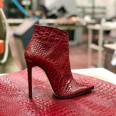 Find Your Perfect Pair Of Shoes – Some Advice For Your Next Purchase – Shoes Fancy Shoes, Red Shoes, Cute Shoes, Me Too Shoes, Shoes Heels, Stiletto Heels, Heeled Boots, Bootie Boots, Shoe Boots