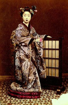 Images / art to decorate my studio This is a very early image of a MAIKO with a wonderful kimono Japanese Photography, Old Photography, 80s Images, Samurai, Memoirs Of A Geisha, Japanese Kimono, Japanese Pics, Japanese Things, Japanese Clothing