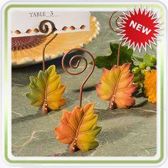 Marcador de Puesto - Hojas de Otoño Este recordatorio en forma de hojas de otoño, será ideal para una fiesta de cumpleaños temática o un matrimonio campestre. Su base está tallada en resina formando una hermosa hoja otoñal y con realces de brillantes de imitación en su tallo; Vienen combinadas en 3 diferentes colores otoñales y en su parte superior sale el espiral en metal para insertar tarjeta, foto o notica de agradecimiento, incluye la tarjetas de la foto.