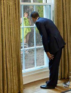 Obama espiando a Merkel Photoshop Fail, Photoshop Images, Illuminati, Beyonce, Obama Watch, Carla Perez, Girl Pictures, Funny Pictures, Donald Trump