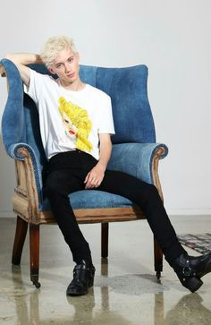 Luxury & Vintage Madrid, offers you the best selection of contemporary and vintage clothes from around the world, discover our luxury brands, Express delivery! Troye Sivan Songs, Blue Neighbourhood, Tyler Oakley, Boy Pictures, Young Fashion, Celebs, Celebrities, Celebrity Crush, Pretty Boys