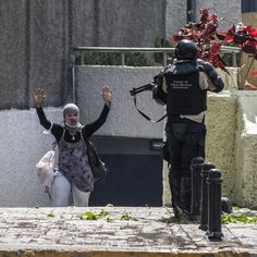 Venezuelan National Police pointing a shotgun at an unarmed protester #20M #BelloMonte #caracas #venezuela #sinarmas