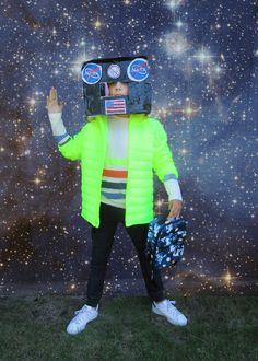Le look #250 #NeonYellowColdControlLitequiltedpufferjacket: @gap #Boyslongsleevequadstripedtshirt: @jcrew #BoysJoggerPantPiecedGray: @target #SpacePrintLunchBag: @gap To the Moon and Back: http://www.lesnominettes.com