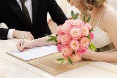 Wie kann der neue Name nach der Hochzeit / Heirat lauten? Muss eine Namensänderung vorgenommen werden? Finde hier die Antwort inkl. Checkliste!