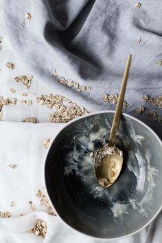 Receta fácil y rápida de crumble de manzana tradicional inglés. Servido en templado acompañado por una bola de helado de vainilla.