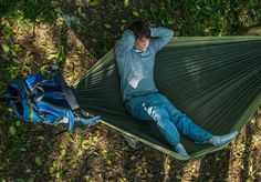 Os aventureiros de plantão vão adorar essa novidade. É a HackedPack, uma invenção genial que une dois produtos importantes na hora de viajar: uma rede e uma mochila. Ou melhor, uma mochila que se transforma em rede e vice-versa, facilitando a vida e a bagagem de todos os nômades. Feita com três metros de nylon usado em paraquedas e com ca...