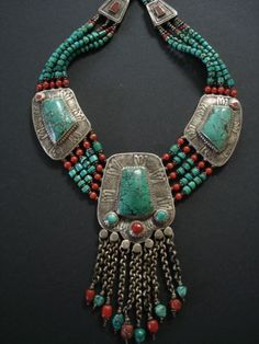 ⚜‿✯ BoӇo BᏞiƝᏩ⚜‿✯ ננ The centre pendant has ten chain dangles with coral turquoise. Five strands of turquoise beads graduate in size with brass, silver and coral beads Tribal Jewelry, Indian Jewelry, Boho Jewelry, Jewelry Art, Beaded Jewelry, Jewelery, Silver Jewelry, Jewelry Necklaces, Beaded Necklace