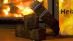 Briketts halten die Wärme im Kamin. (Quelle: imago/Rainer Weisflog)