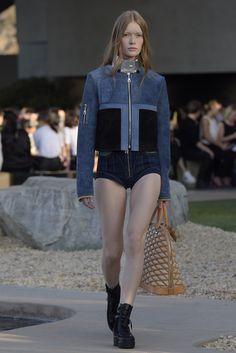 Ghesquière olha para a obra de Urs Fischer na cruise da Louis Vuitton - Vogue | Moda