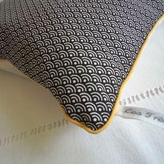 Coussin graphique vagues japonaises noir et blanc, passepoil jaune moutarde
