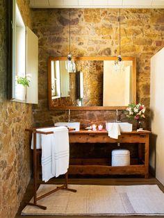 Baño de pared de piedra y obra con mueble de madera recuperado y dos lámparas colgantes 00391515
