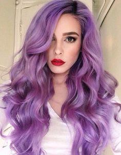 Chica con el cabello morado peinado con ondas