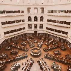 Adivina dónde está esta preciosa biblioteca con más de 2 millones de libros. 📚 Dan ganas de estudiar ahí, ¿a que sí? 🤓 #InspiramosViajeros #Australia #Aventura #EspañolesPorElMundo #EstudiaEnAustralia #EstudiaIngles #EstudiaEnElExtranjero #Viajes #Turismo Melbourne, City Photo, Australia, Studying, Adventure, Tourism, Cities, Viajes, Libros