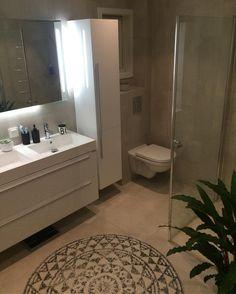 Rent og pent👌🏼Så får vi se hvor lenge det varer med små i hus. God søndag! ———–————————————— #bathroominspo #bathroom #nordiskehjem #charmingsunday #nordicinspiration #nordicdesign #vikingbad #interior123 #interior4all #interiors Norwegian House, Interior S, Corner Bathtub, Double Vanity, Bathroom, Instagram Posts, Home Decor, Washroom, Bath Room