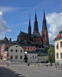 Catedral de Uppsala, vista da praça Velha. Uppsala, condado de Uppsala, Suécia.  Fotografia: David Castor. – Wikipédia, a enciclopédia livre.