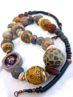 collier moutarde 1 - funky texture necklace, looks like beads may be handmade, inspirational