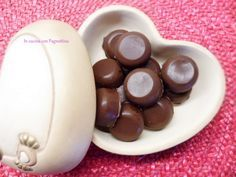 #Cioccolatini ripieni con #cremamou Biscotti, Romanian Food, Mini Desserts, Sweet Cakes, Pudding, Favorite Recipes, Fruit, Chocolates, 3