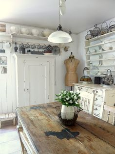 Vicky's Home: Estilo cottage / Cottage style - now I would never have thought of putting a dress makers form in the kitchen....hmmm.